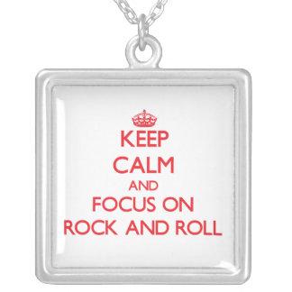 Guarde la calma y el foco en rock-and-roll collar personalizado