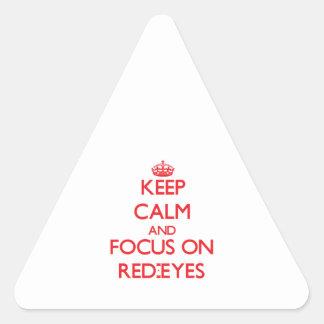 Guarde la calma y el foco en Rojo-Ojos Pegatina Triangular