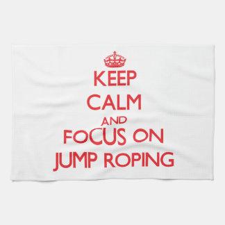 Guarde la calma y el foco en Roping del salto Toallas De Mano