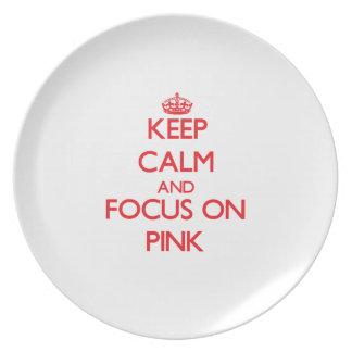 Guarde la calma y el foco en rosa platos