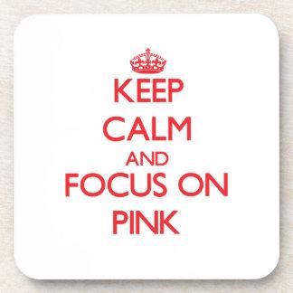 Guarde la calma y el foco en rosa posavasos de bebidas