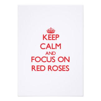 Guarde la calma y el foco en rosas rojos invitación personalizada
