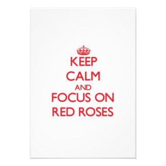 Guarde la calma y el foco en rosas rojos comunicado personalizado