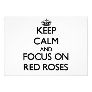 Guarde la calma y el foco en rosas rojos