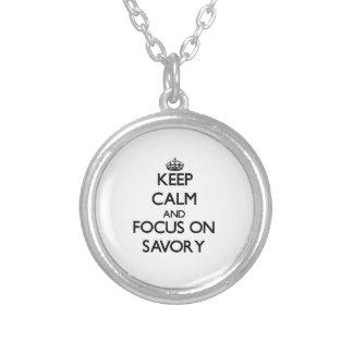 Guarde la calma y el foco en sabroso collar personalizado