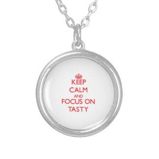 Guarde la calma y el foco en sabroso pendiente personalizado