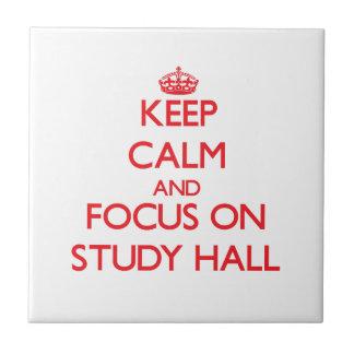 Guarde la calma y el foco en sala de estudio teja