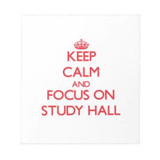 Guarde la calma y el foco en sala de estudio bloc