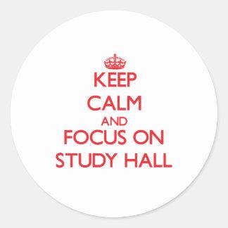 Guarde la calma y el foco en sala de estudio pegatina redonda