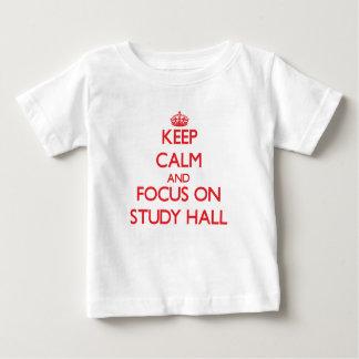 Guarde la calma y el foco en sala de estudio playeras