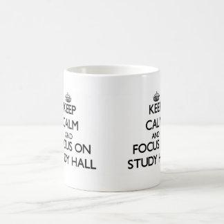 Guarde la calma y el foco en sala de estudio tazas de café