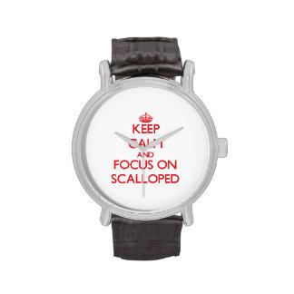 Guarde la calma y el foco en Scalloped Relojes De Pulsera