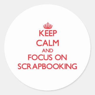 Guarde la calma y el foco en Scrapbooking Etiquetas Redondas