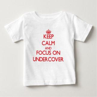 Guarde la calma y el foco en secreto tee shirts