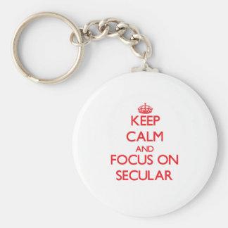 Guarde la calma y el foco en secular llaveros