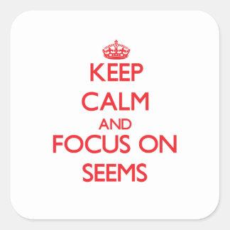 Guarde la calma y el foco en Seems Pegatina Cuadrada