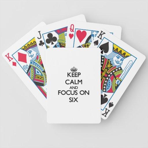 Guarde la calma y el foco en seis baraja cartas de poker