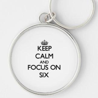 Guarde la calma y el foco en seis llavero personalizado