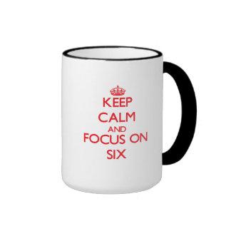 Guarde la calma y el foco en seis taza de dos colores