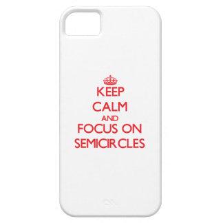Guarde la calma y el foco en semicírculos iPhone 5 protectores