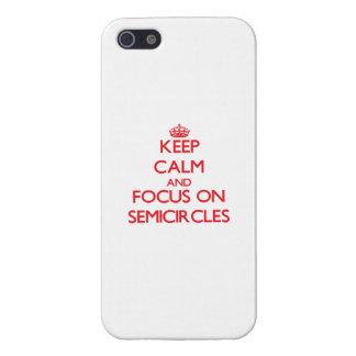 Guarde la calma y el foco en semicírculos iPhone 5 carcasa