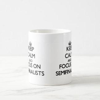 Guarde la calma y el foco en semifinalistas taza básica blanca