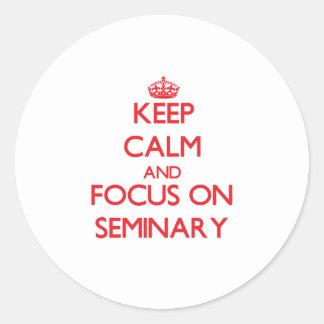 Guarde la calma y el foco en seminario pegatina redonda