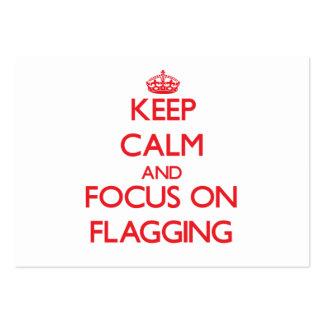 Guarde la calma y el foco en señalar por medio de tarjetas de visita grandes