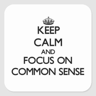 Guarde la calma y el foco en sentido común calcomania cuadradas