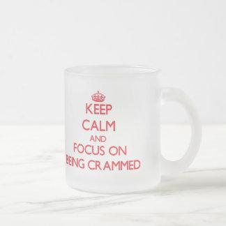 Guarde la calma y el foco en ser abarrotado taza de café