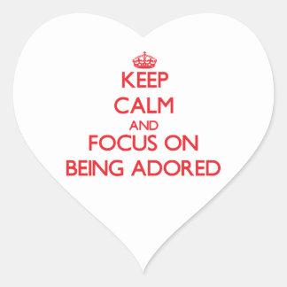 Guarde la calma y el foco en ser adorado colcomanias de corazon