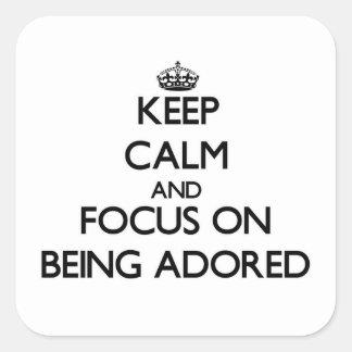 Guarde la calma y el foco en ser adorado calcomanías cuadradas