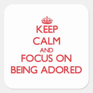 Guarde la calma y el foco en ser adorado pegatinas cuadradases personalizadas