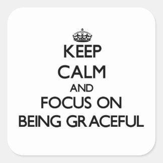 Guarde la calma y el foco en ser agraciado pegatinas cuadradas personalizadas