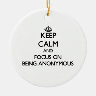 Guarde la calma y el foco en ser anónimo ornamento para arbol de navidad