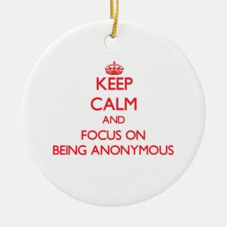 Guarde la calma y el foco en ser anónimo adornos de navidad