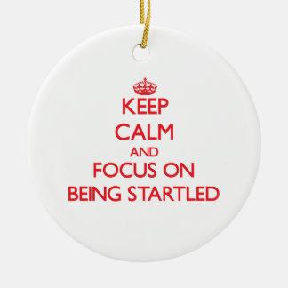Guarde la calma y el foco en ser asustado ornamentos de navidad