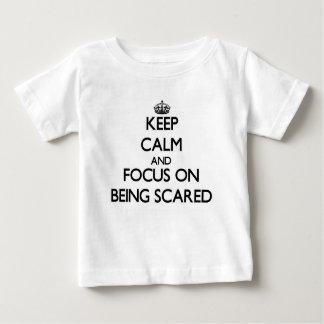 Guarde la calma y el foco en ser asustado playera