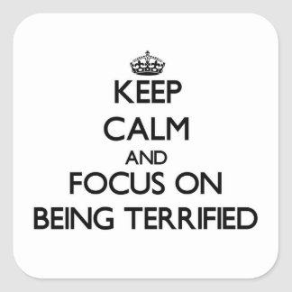Guarde la calma y el foco en ser aterrorizado colcomanias cuadradas