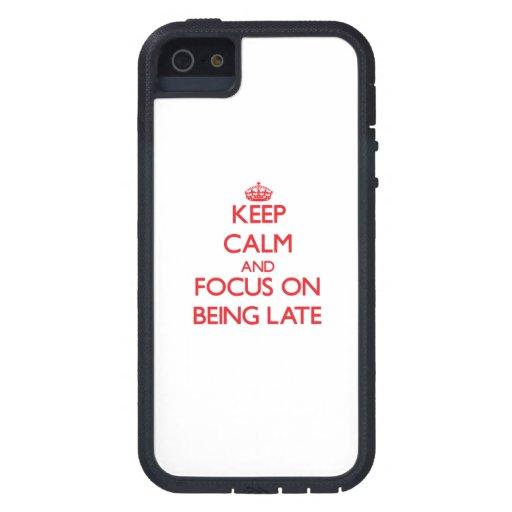 Guarde la calma y el foco en ser atrasado iPhone 5 Case-Mate protector