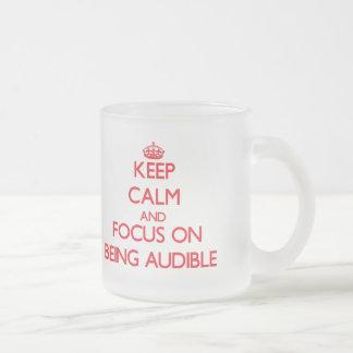 Guarde la calma y el foco en SER AUDIBLE Taza De Café