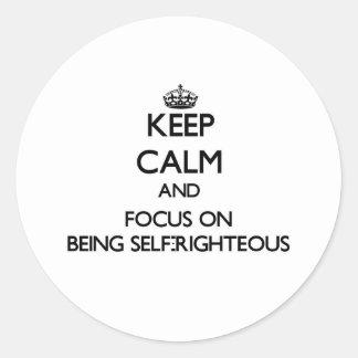 Guarde la calma y el foco en ser autosuficiente etiqueta redonda