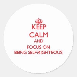 Guarde la calma y el foco en ser autosuficiente pegatinas redondas