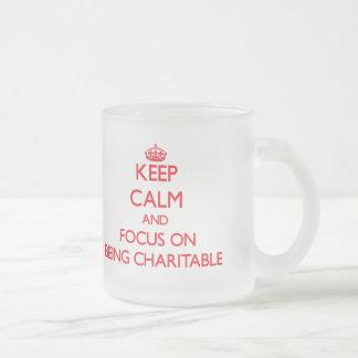 Guarde la calma y el foco en ser caritativo tazas