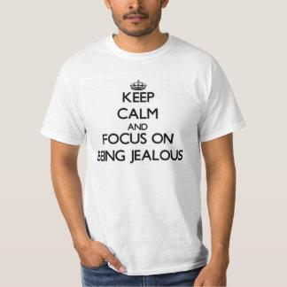 Guarde la calma y el foco en ser celoso playera