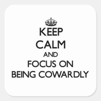 Guarde la calma y el foco en ser cobarde pegatina cuadrada