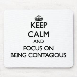 Guarde la calma y el foco en ser contagioso tapete de ratón