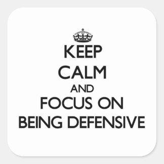 Guarde la calma y el foco en ser defensivo calcomanía cuadradas personalizada