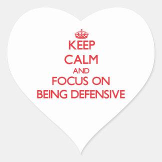 Guarde la calma y el foco en ser defensivo calcomanía de corazón personalizadas