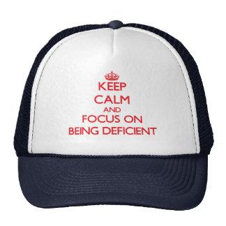 Guarde la calma y el foco en ser deficiente gorros bordados